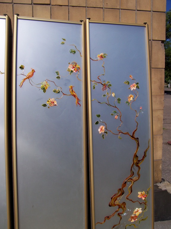 Декорирование стекла на двери своими руками